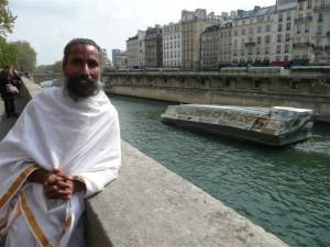 Sunyogi Umasankar au bord de la Seine à Paris